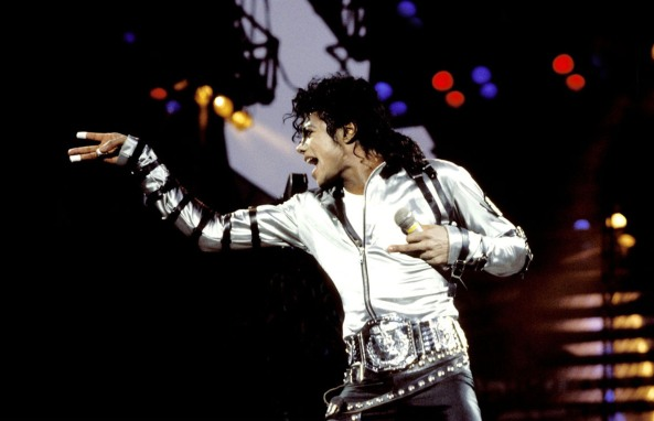 MJ adalah Maestro penyanyi sekaligus King of Pop. Rujukan bagi penggemar musik berselera tinggi.