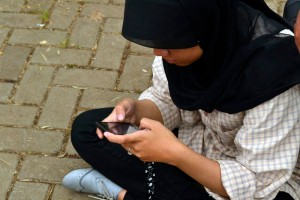 Sibuk dengan ponsel akan mengurangi komunikasi verbal dengan orang lain.